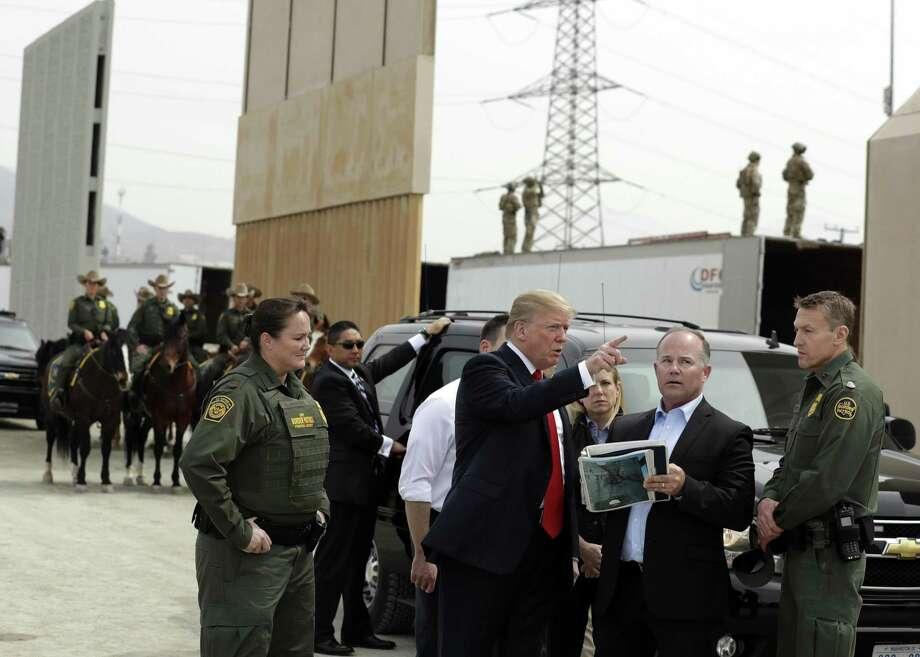 El presidente Donald Trump durante un recorrido en el que examinó los prototipos de muro fronterizo, el martes 13 de marzo de 2018, en San Diego, California. Photo: Evan Vucci /Associated Press / Copyright 2018 The Associated Press. All rights reserved.