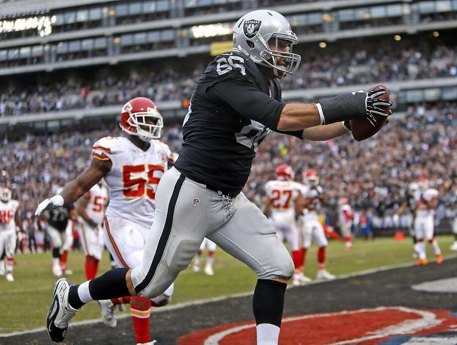 Oakland Raiders' Lee Smith scores a 3rd quarter touchdown during Kansas City Chiefs' 34-20 win during NFL game at O.co Coliseum in Oakland, Calif., on Sunday, December 6, 2015. Photo: Scott Strazzante, The Chronicle