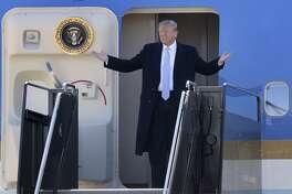 El presidente Donald Trump aborda el avión presidencial en el Aeropuerto Internacional de Los Ángeles el miércoles, 14 de marzo del 2018. La Casa Blanca dijo el miércoles que no está en favor de un acuerdo de inmigración con el Congreso que incluya extender protecciones de deportación para jóvenes inmigrantes por tres años a camino de tres años de fondos para el muro fronterizo con México.