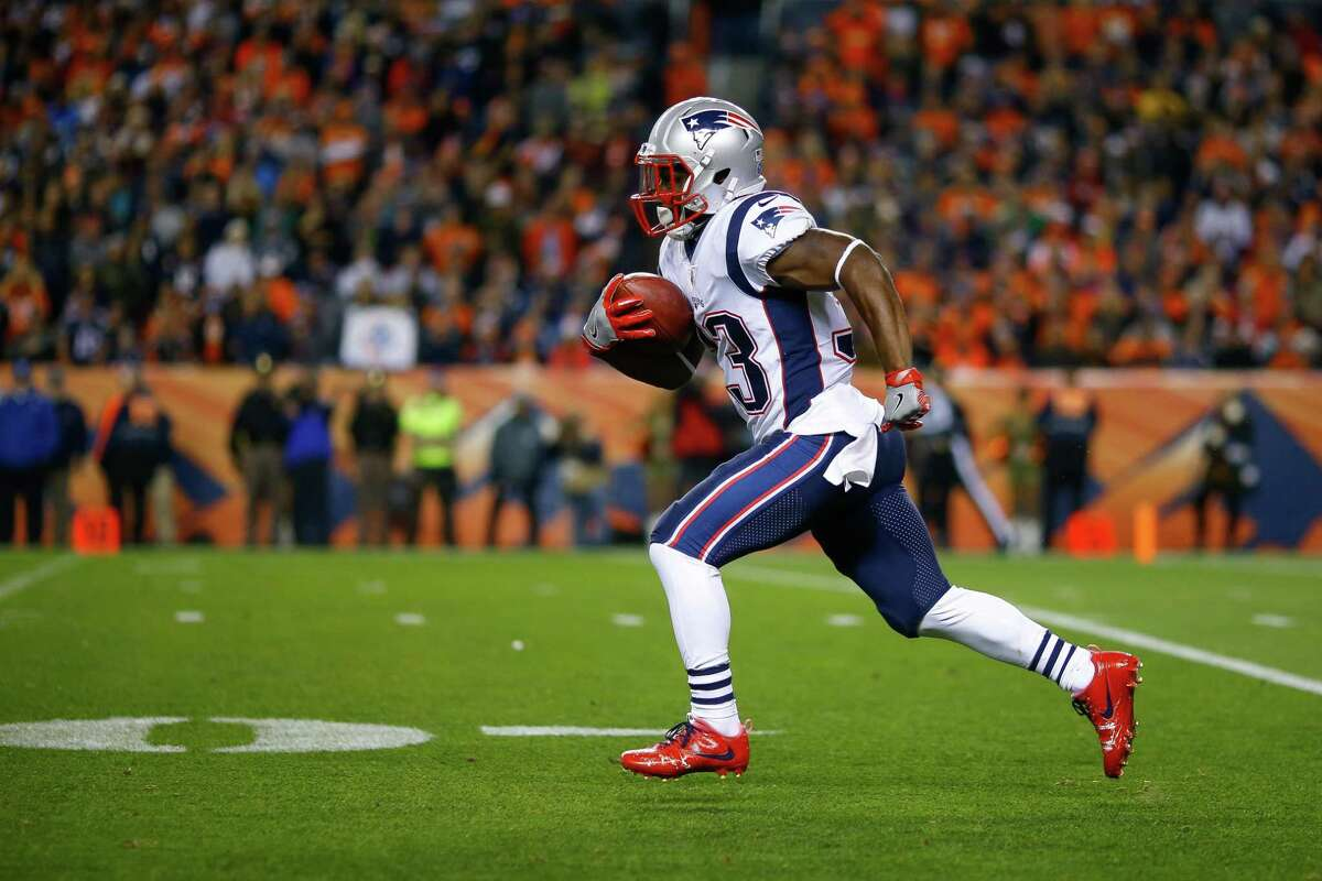 DENVER, CO - NOVEMBER 12: Running back Dion Lewis #33 of the New England Patriots returns a kickoff for a first quarter touchdown against the Denver Broncos at Sports Authority Field at Mile High on November 12, 2017 in Denver, Colorado. (Photo by Justin Edmonds/Getty Images) ORG XMIT: 700070741