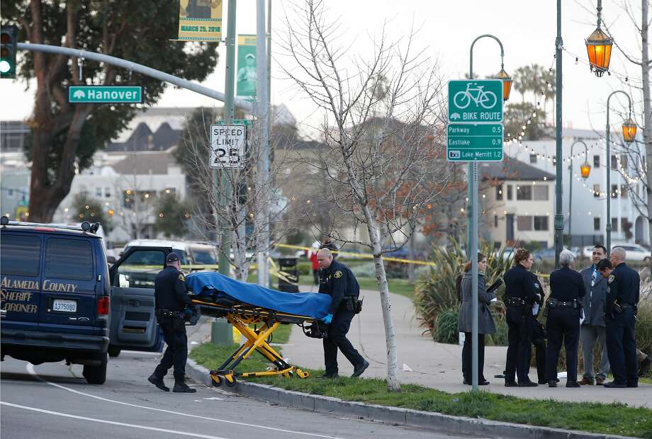 Officers remove the body of a woman who drowned in Lake Merritt early Thursday. Police were told she had argued with a man, who also drowned. Photo: Paul Chinn, The Chronicle