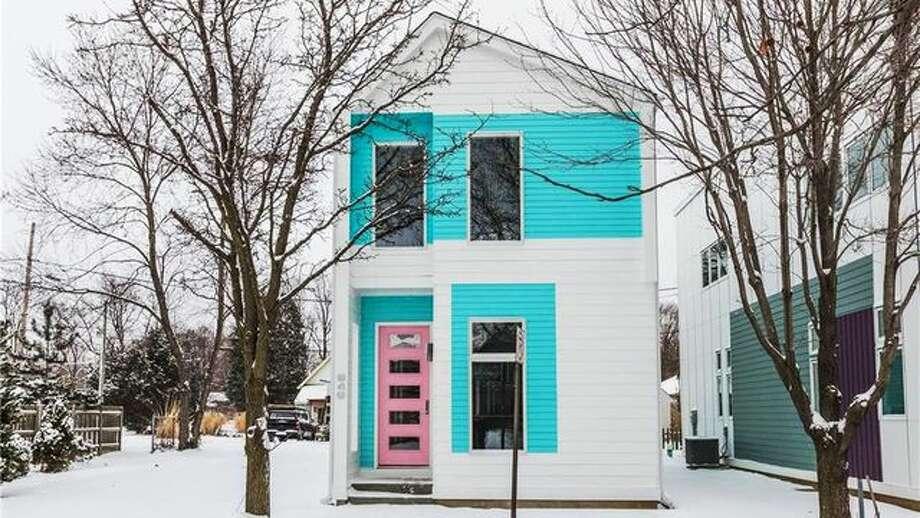 Homebuilder with vibrant vision brings prefab modern to for Homebuilder com