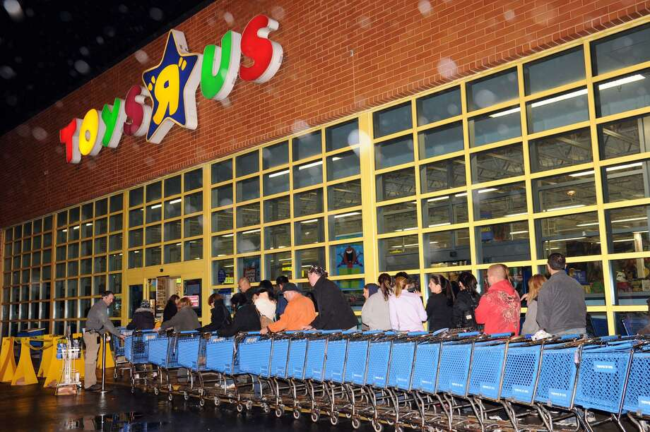 Customers wait in the rain for the 10 p.m. opening of Toys R Us in Danbury Thanksgiving night in 2010. Photo: Carol Kaliff / File Photo / The News-Times