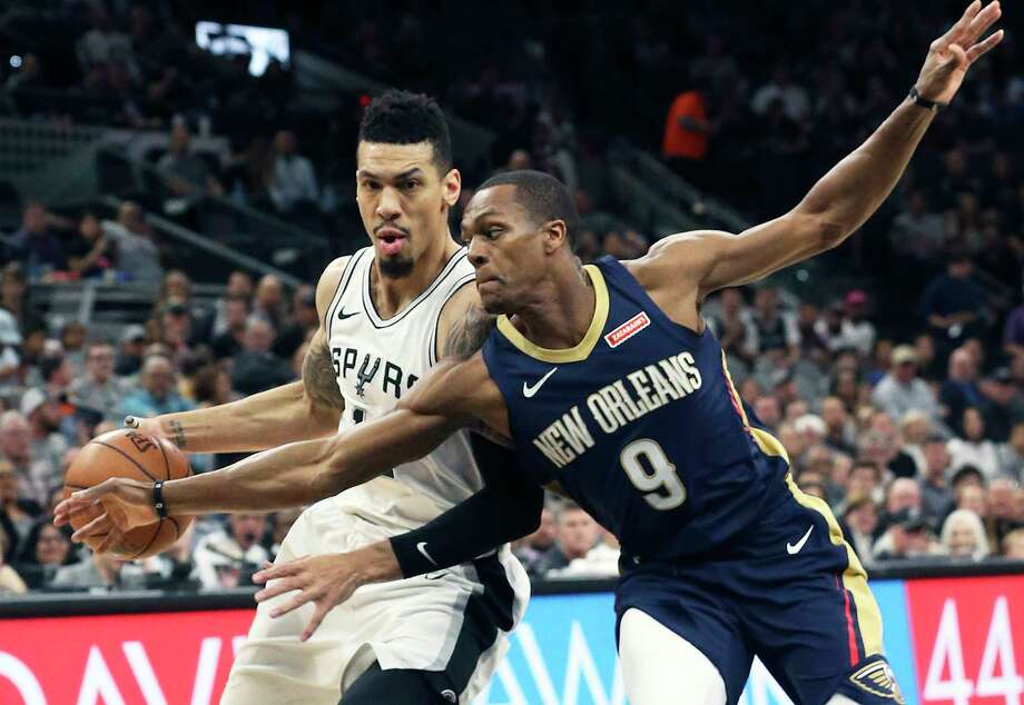 Danny Green presses the ball down the court against Rajon Rondo as the Spurs host New Orleans at the Alamodome on March 15, 2018. Photo: Tom Reel, San Antonio Express-News / 2017 SAN ANTONIO EXPRESS-NEWS