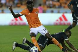 Houston Dynamo forward Alberth Elis (17) gets a pass during the second half of an MLS soccer match against the Vancouver Whitecaps on Saturday, March 10, 2018, in Houston. (Yi-Chin Lee/Houston Chronicle via AP)