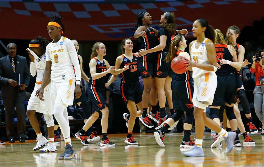 Oregon State players celebrate their victory as Tennessee's Rennia Davis (0) and Jaime Nared (31) leave the court disappointed. Photo: Wade Payne, FRE / FR23601 AP