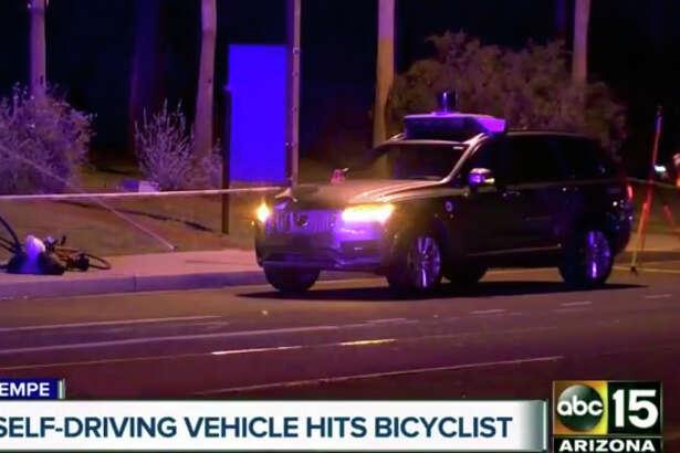 El lugar donde un vehículo autónomo de Uber atropelló a una mujer en Tempe, Arizona, el 19 de marzo del 2018. Foto tomada de video facilitado por el canal ABC-15. (ABC-15.com via AP)