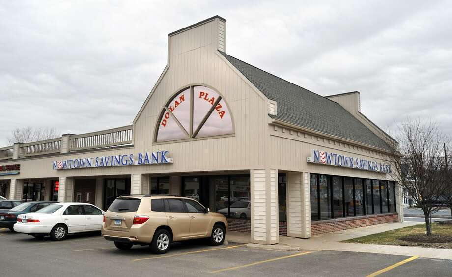 Newtown Savings Bank in Dolan Plaza in Bethel, Thursday, March 11, 2010 Photo: Carol Kaliff / ST / The News-Times