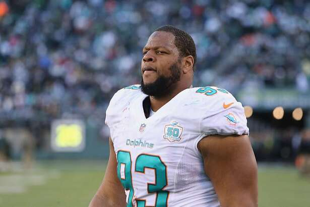 EAST RUTHERFORD, NJ - NOVEMBER 29:  Defensive Tackle Ndamukong Suh #93 of the Miami Dolphins follows the play against the New York Jets at MetLife Stadium on November 29, 2015 in East Rutherford, New Jersey.  (Photo by Al Pereira/Getty Images for New York Jets)