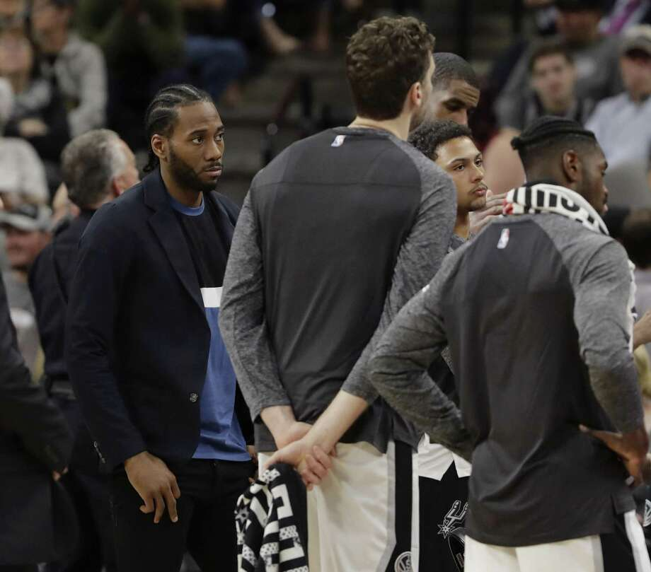 San Antonio Spurs forward Kawhi Leonard, left, listens during a team timeout during the second half of an NBA basketball game against the Memphis Grizzlies, Monday, March 5, 2018, in San Antonio. (AP Photo/Eric Gay) Photo: Eric Gay,  STF / Associated Press / Copyright 2018 The Associated Press. All rights reserved.