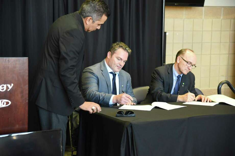 From left, Laredo Energy Arena general manager Xavier Villalon, USACHL co-owner Bill Davidson and commissioner Rick Kozuback signed a lease Wednesday at a press conference announcing the return of hockey to Laredo. Photo: Christian Alejandro Ocampo /Laredo Morning Times / Laredo Morning Times