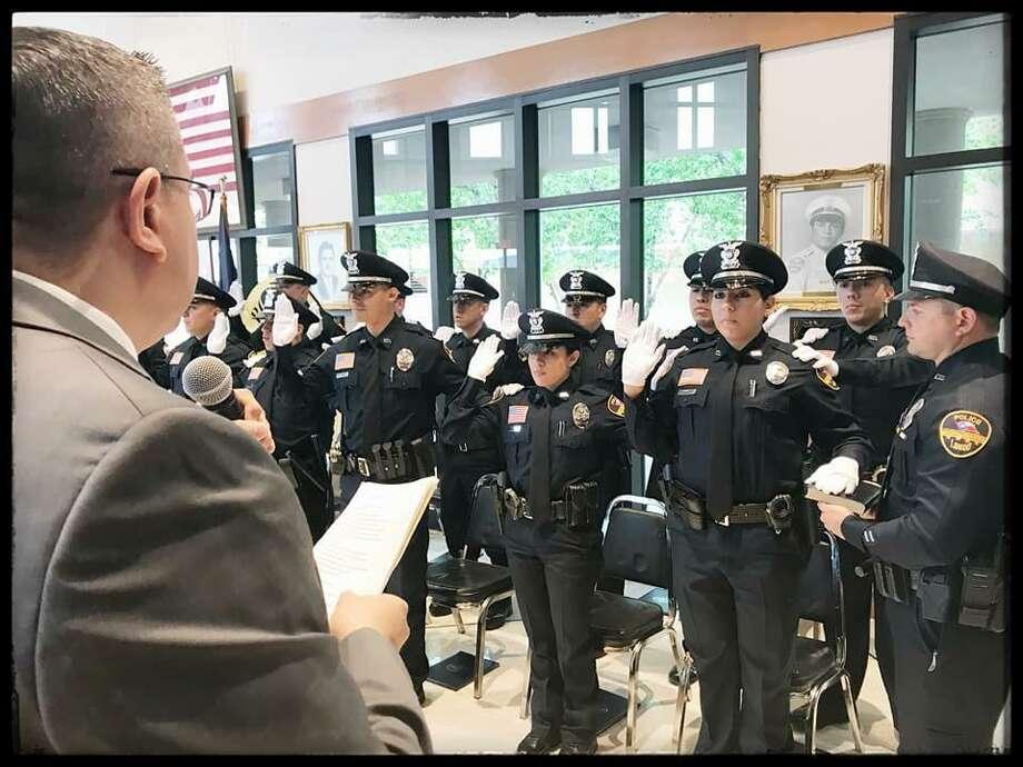 Diez hombres y dos mujeres juraron proteger y servir a la comunidad durante una ceremonia de colocación de insignias que los acredita como nuevos oficiales del Departamento de Policía de Laredo, el viernes por la mañana. Photo: Foto De Cortesía /Laredo Morning Times