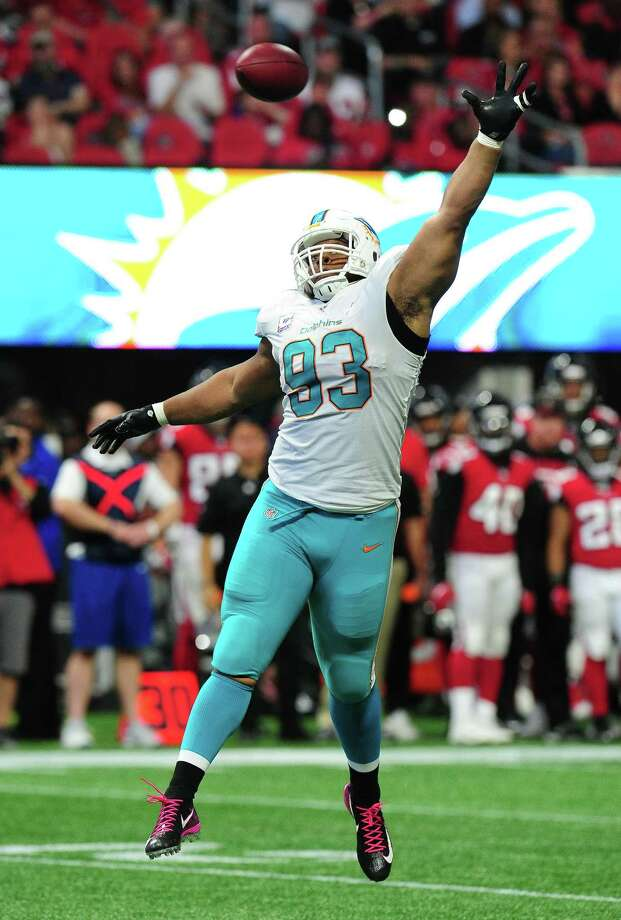 ATLANTA, GA - OCTOBER 15: Ndamukong Suh #93 of the Miami Dolphins attempts to bat away a pass against the Atlanta Falcons at Mercedes-Benz Stadium on October 15, 2017 in Atlanta, Georgia. (Photo by Scott Cunningham/Getty Images) ORG XMIT: 700070679 Photo: Scott Cunningham / 2017 Getty Images