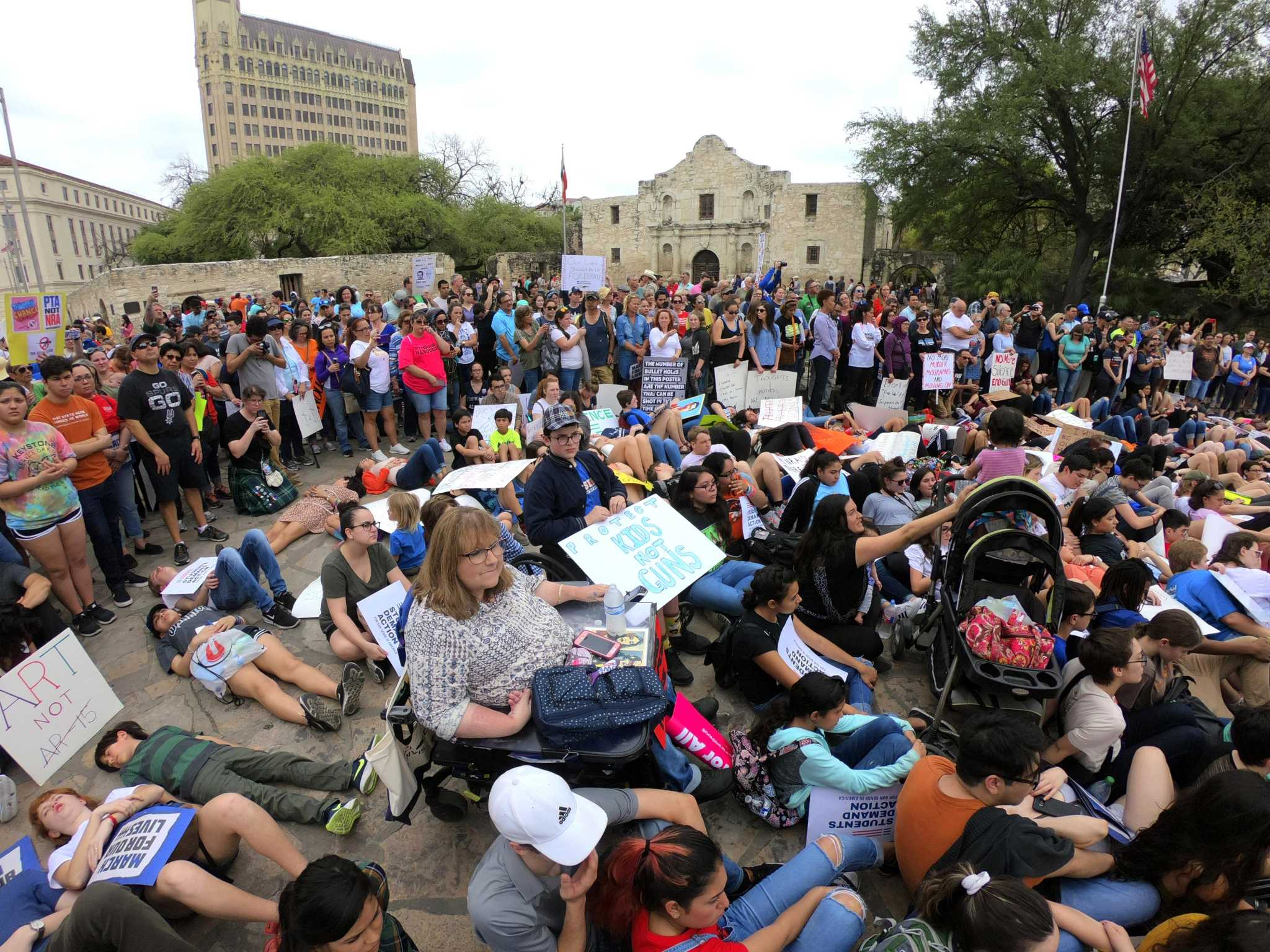 More than 1,000 turn out for gun reform march | My San Antonio