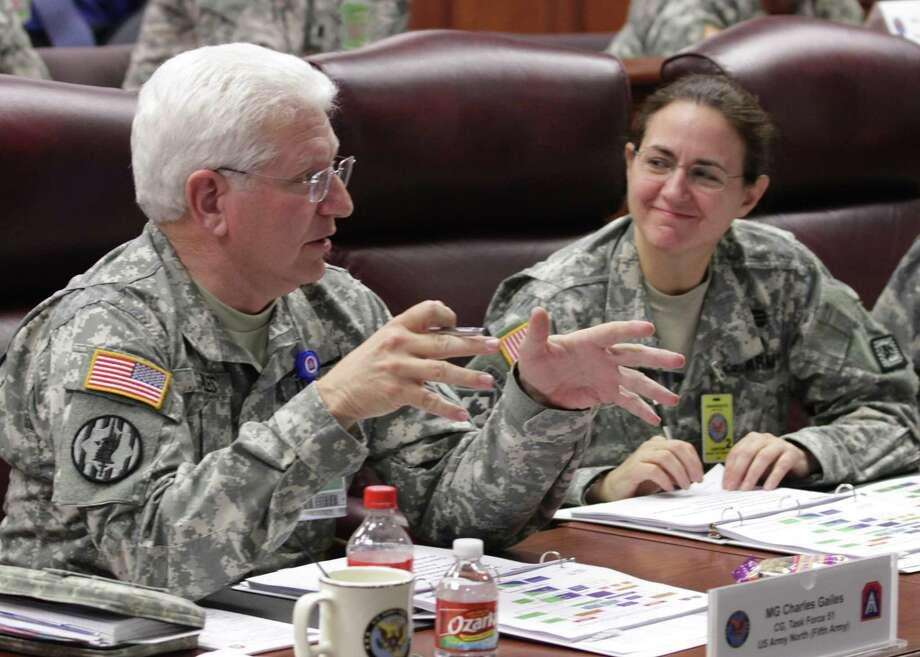 Maj. Gen. Charles Giles briefs Brig. Gen. Patricia Anslow. (Army) Photo: Sgt. Lee M. Ezzell / U.S. Army North PAO