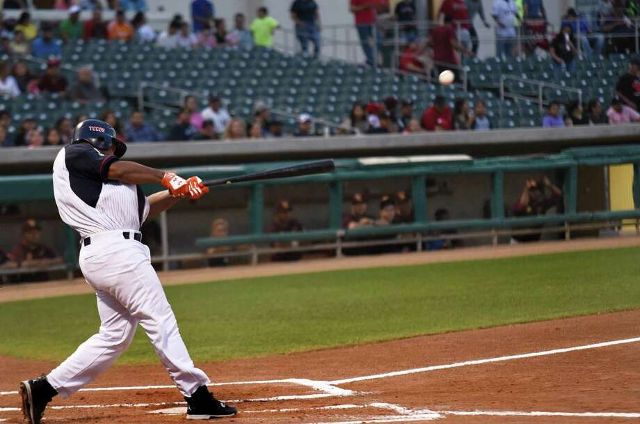The Tecolotes Dos Laredos recorded eight hits and three walks in a 10-run third inning Saturday on the way to a 10-9 victory over the Saraperos de Saltillo. Photo: Christian Alejandro Ocampo /Laredo Morning Times File / Laredo Morning Times