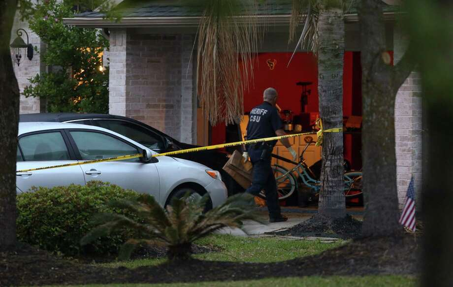 Harris County Sheriff's Office deputies investigate the scene of a murder suicide on the 14700 block of Country Rose Lane Monday, March 26, 2018, in Cypress, Texas.. Photo: Godofredo A. Vasquez, Houston Chronicle