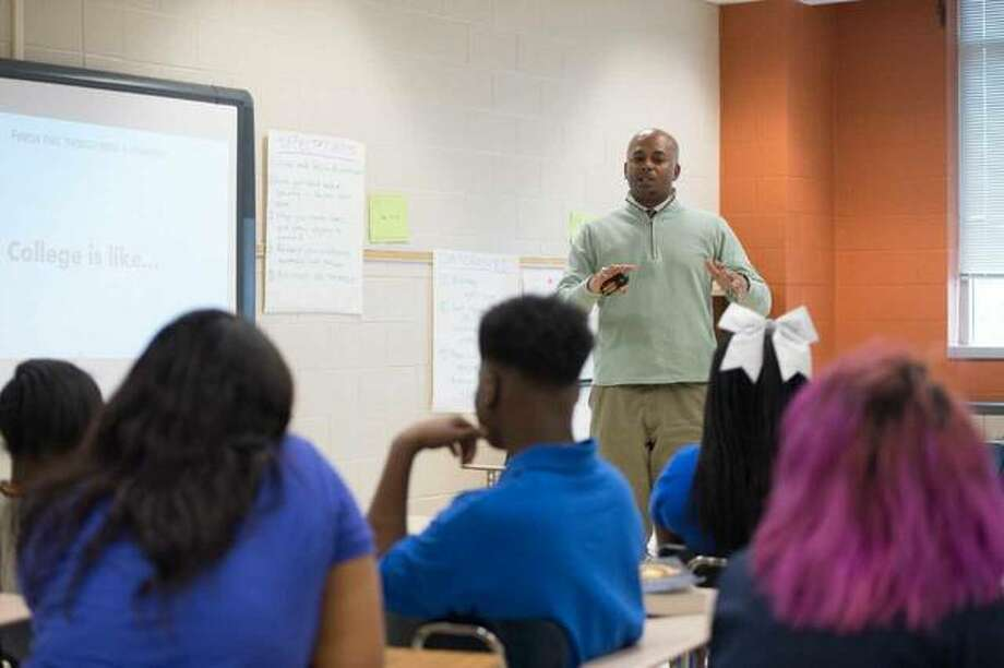 Salim Kenyatta, Upward Bound Scholars Program coordinator, helps some East St. Louis Senior High school students explore what college will be like. Photo: For The Telegraph