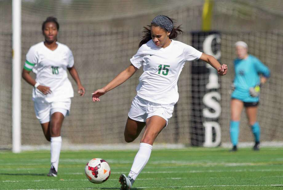 The Woodlands midfielder Shianne Knight (15) makes a long pass down field in the first period of a match during the Lady Highlander Invitational at Woodforest Bank Stadium, Friday, Jan. 5, 2018, in Shenandoah. Photo: Jason Fochtman, Staff Photographer / © 2018 Houston Chronicle