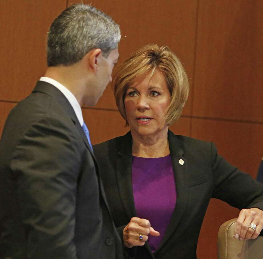 City Manager Sheryl Sculley talks to mayor Ron Nirenberg before presenting her FY18 proposed budget on Thursday, August 10, 2017 Photo: Ron Cortes, Freelance / For The San Antonio Express-News / Ronald Cortes / Freelance