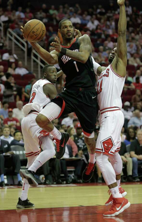 Houston Rockets forward Trevor Ariza (1) passes the ball under the basket after breaking through Chicago Bulls defense at the Toyota Center on Tuesday, March 27, 2018, in Houston. Rockets won the game 118-86. Photo: Elizabeth Conley, Houston Chronicle / © 2018 Houston Chronicle