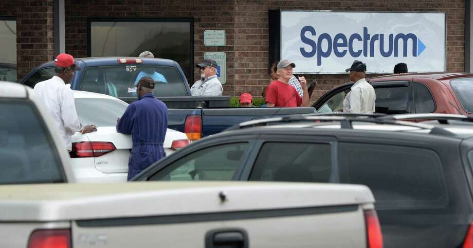 Spectrum customers fill the store's parking lot in Nederland Tuesday in an attempt to obtain the new box needed to receive cable. Photo taken Tuesday, March 27, 2018 Guiseppe Barranco/The Enterprise Photo: Guiseppe Barranco, Photo Editor / Guiseppe Barranco ©