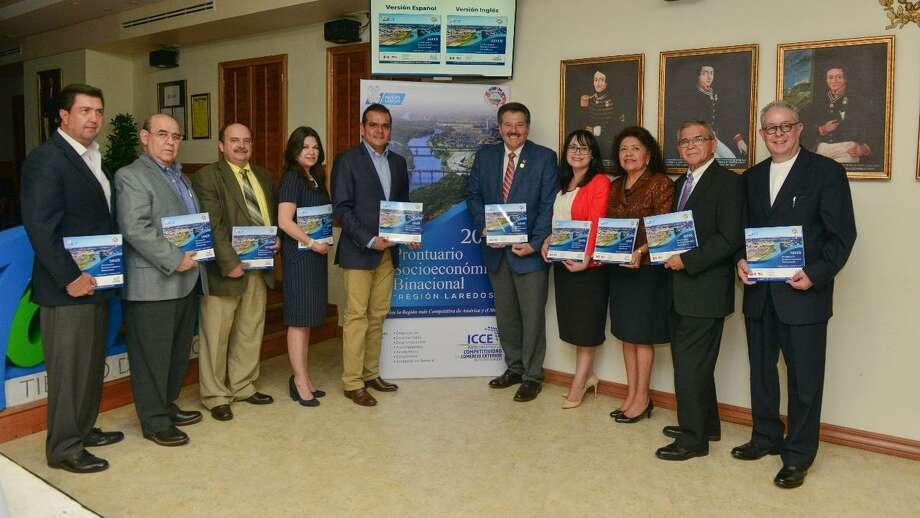 Funcionarios de Nuevo Laredo, México y Laredo posan con el prontuario socioeconómico de la región. Photo: Foto De Cortesía