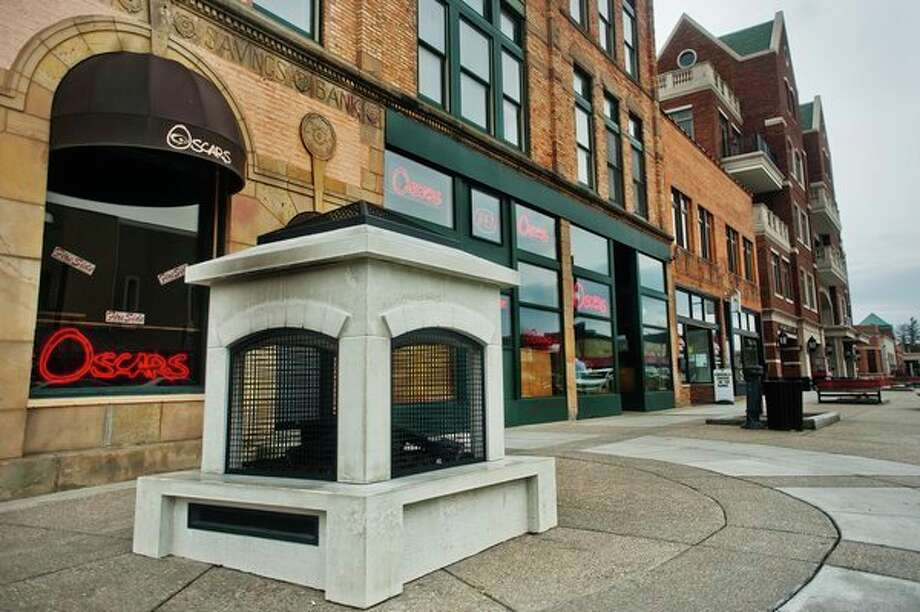 A new outdoor fireplace is located in front of Oscar's at the corner of McDonald and Main. (Katy Kildee/kkildee@mdn.net)