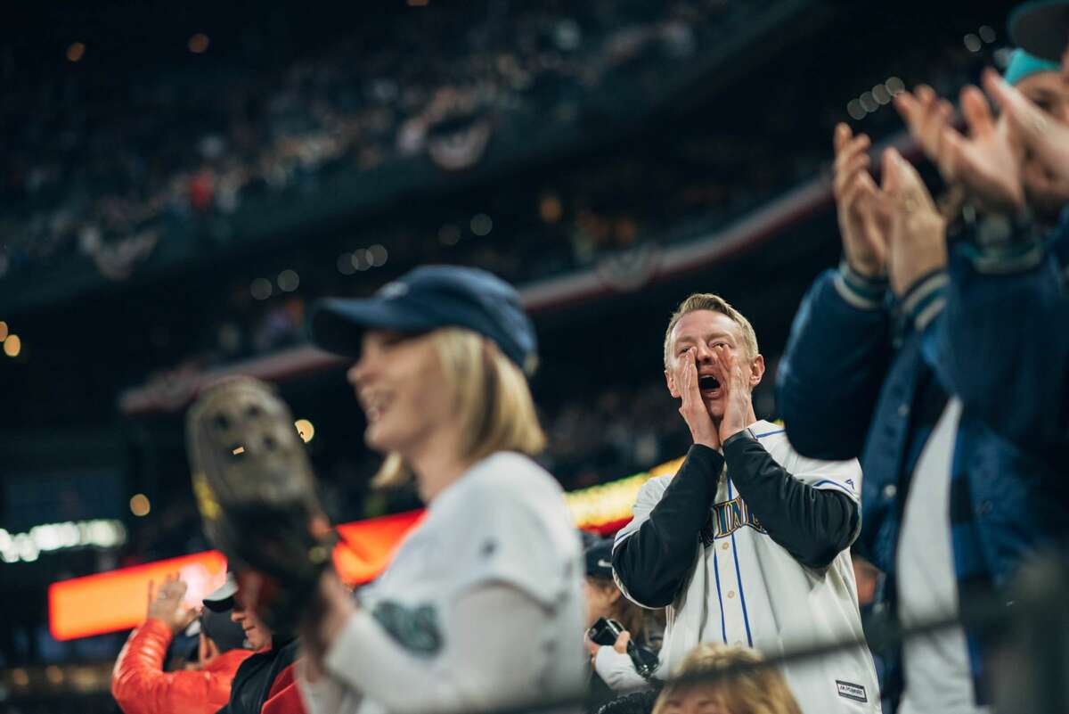Fans cheer as Nelson Cruz and Robinson Cano run the bases following a first-inning homer by Cruz.