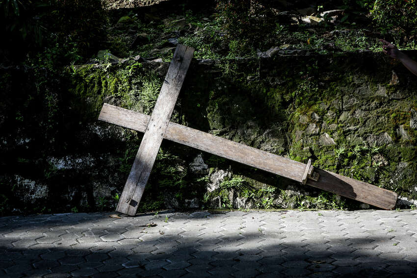 YOGYAKARTA, INDONESIA - MARCH 30: Indonesians take part in a re-enactment of the Stations Of The Cross on Good Friday at Sempu mount on March 30, 2018 in Yogyakarta, Indonesia. Holy Week marks the last week of Lent and the beginning of Easter celebrations. Catholics make up approximately 3% per cent of the population of the predominantly Muslim country. PHOTOGRAPH BY Sijori Images / Barcroft Images (Photo credit should read Cyrillus Yuniarto Purnomo / Barcroft Media via Getty Images)