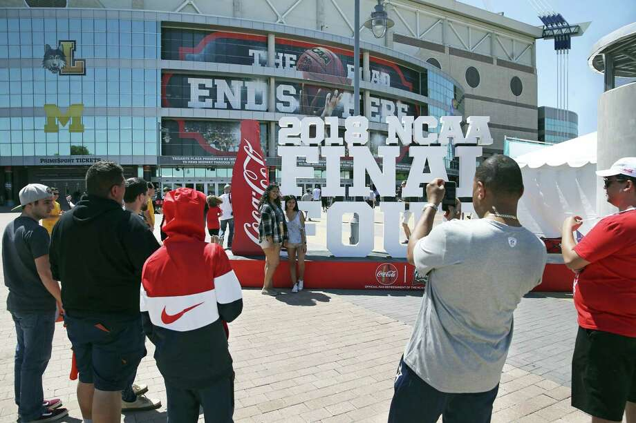 Final Four fans were hit with some hefty surge prices in San Antonio after the games Saturday night as some attendees paid $100 or more for rides around downtown. Photo: Tom Reel /San Antonio Express-News / 2017 415916Z.1 ANTONIO EXPRESS-NEWS