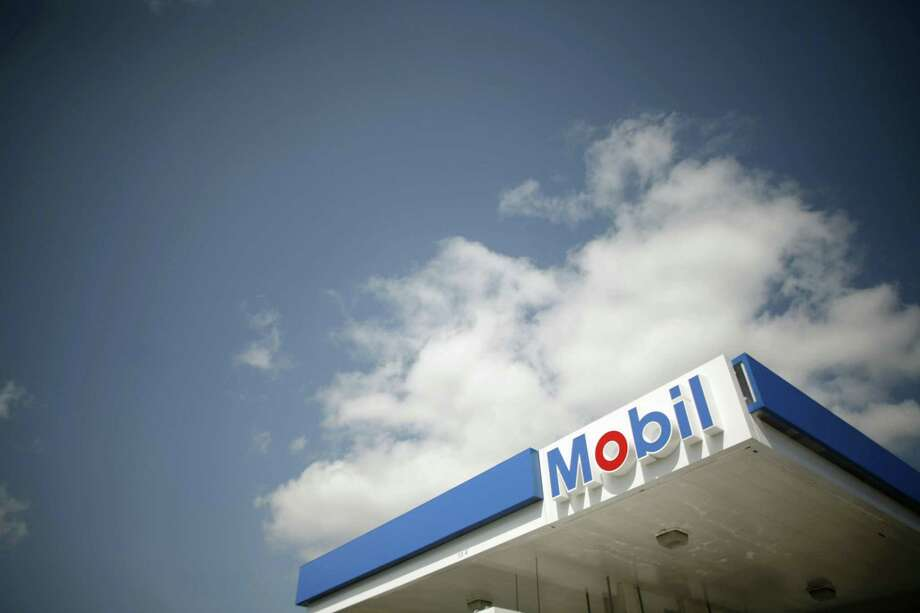 A Mobil gas station is seen in Medford, Massachusetts in this April 30, 2008 file photo. REUTERS/Brian Snyder/files Photo: BRIAN SNYDER / REUTERS / X90051
