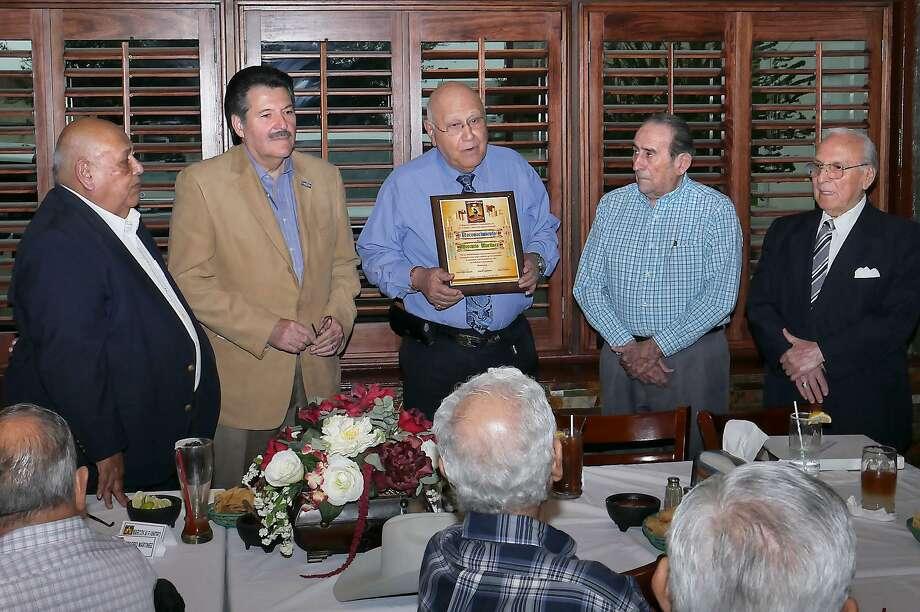 El ex juez del Condado de Webb, Mercurio Martínez Jr., tercero desde la izquierda, fue recientemente homenajeado por miembros de la Asociación de Caballeros Extraordinarios. Photo: Cuate Santos /Laredo Morning Times / Laredo Morning Times