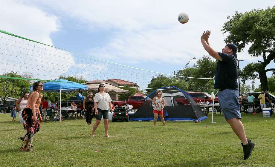 Noah Castillo (right) returns the ball to Rosa Duplan (from left), Vanessa Estrada, Anna Avaos, Jessica Estrada and Monica Avalos in a friendly game of volleyball while celebrating Easter at Woodlawn Park on April 1, 2018. Woodlawn Lake Park users asked for the part to be tobacco-free and the city is now recommending all city parks be so. Photo: Marvin Pfeiffer /San Antonio Express-News / Express-News 2018