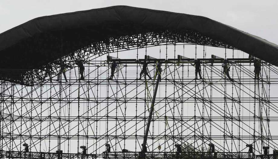 Crews install a ferris wheel and stage structures at Hemisfair in preparation for Final Four activities later this week on March 27, 2018. Photo: Tom Reel, Staff / San Antonio Express-News / 2017 SAN ANTONIO EXPRESS-NEWS