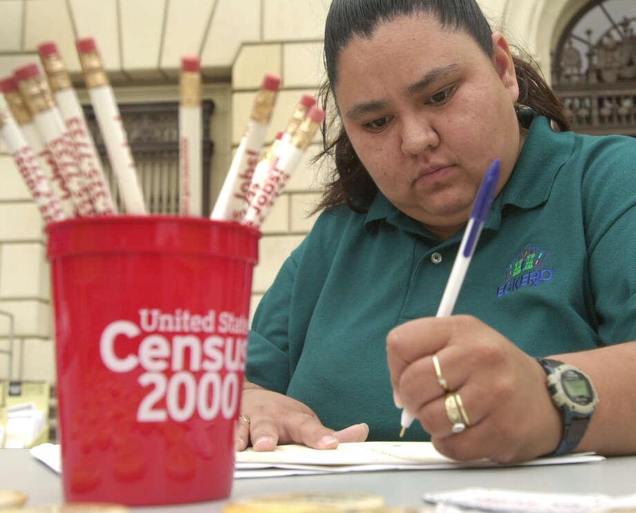 Grace Silvas completa un formulario del censo frente a la oficina del correo postal en Houston Street, el 14 de abril de 2000 en San Antonio, Texas. Photo: ROBERT MCLEROY, SAN ANTONIO EXPRESS-NEWS / SAN ANTONIO EXPRESS-NEWS