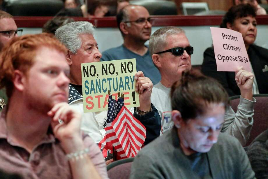 People opposing sanctuary state laws at the Orange County Board of Supervisors meeting in Santa Ana, Calif., on March 27, 2018. Photo: Irfan Khan / Los Angeles Times
