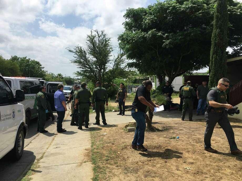La policía de Laredo descubrió accidentalmente una casa de seguridad donde se ocultaban 69 inmigrantes de los cuales no se determinó su nacionalidad, el viernes, al sur de Laredo. Photo: Julia Wallace /Laredo Morning Times