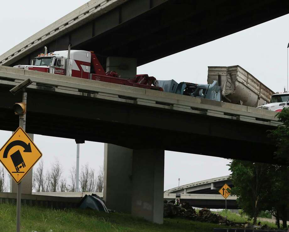 A crashed 18-wheeler at Interstate 69 Eastex Southbound connector to Interstate 610 North Loop Eastbound has been lifted as the trailer was dangling on the freeway on Saturday, April 7, 2018, in Houston. HOD officers said they received the report of the crash at 11:50 a.m. Photo: Yi-Chin Lee, Houston Chronicle / © 2018 Houston Chronicle