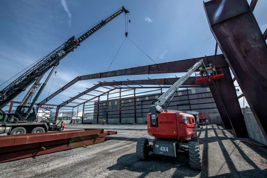 Steel workers set steel girders on the Heavy Lift Warehouse which has a clear span of approximately 198.7 inches Monday April 9, 2018 at the Port of Albany in Albany, N.Y. (Skip Dickstein/Times Union) Photo: SKIP DICKSTEIN / 20043452A