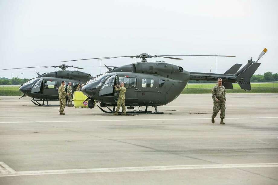 Helicópteros de la Guardia Nacional de Texas se preparan para volar el 6 de abril en Austin. El Brigadier General Tracy Norris anunció durante una conferencia de prensa que la Guardia Nacional de Texas enviará 250 personas a la frontera con aeronaves, vehículos y equipo de apoyo en menos de 72 horas. Photo: Drew Anthony Smith /Getty Images / 2018 Getty Images