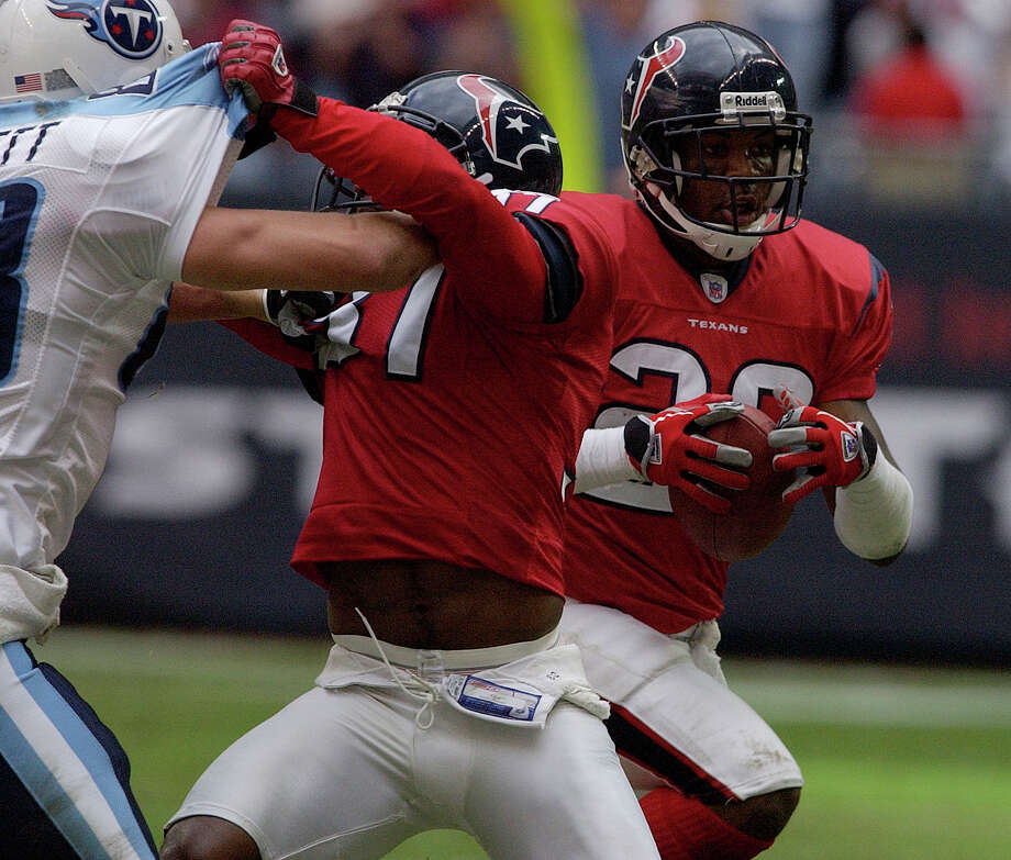 Houston Texan Marlon McCree intercepts the ball against the Tennessee Titans during the fourth quarter at Reliant Stadium on Sunday.  The Houston Texans beat the Tennessee Titans 21-31.  Carlos Javier Sanchez : Chronicle     HOUCHRON CAPTION (11/30/2004) SECSPTS:  CLINCHER:  Texans safety Marlon McCree, right, returns an interception that came with 1:47 remaining Sunday. Photo: Carlos Javier Sanchez, Houston Chronicle / Contract