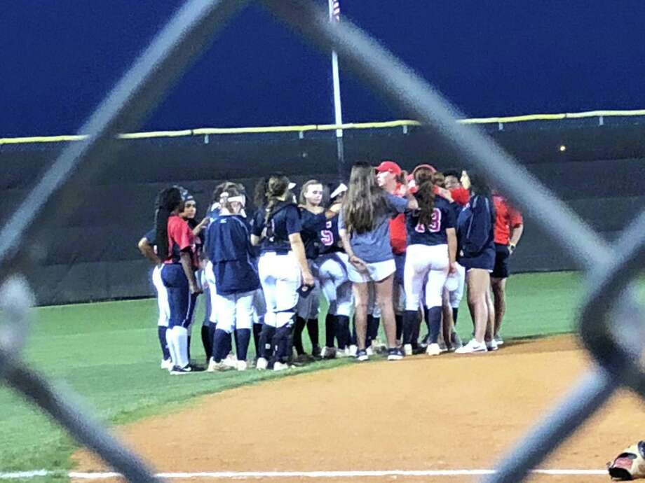 Coach Ashley Boyd addresses the Atascocita softball team after their 7-0 win over Summer Creek on April 10 at Summer Creek. Photo: Elliott Laoin / Elliott Lapin