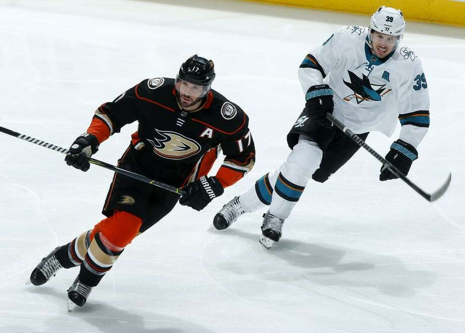 ANAHEIM, CA - JANUARY 21:  Ryan Kesler #17 of the Anaheim Ducks skates against Logan Couture #39 of the San Jose Sharks during the game on January 21, 2018 at Honda Center in Anaheim, California. (Photo by Debora Robinson/NHLI via Getty Images) Photo: Debora Robinson / NHLI Via Getty Images / 2018 NHLI