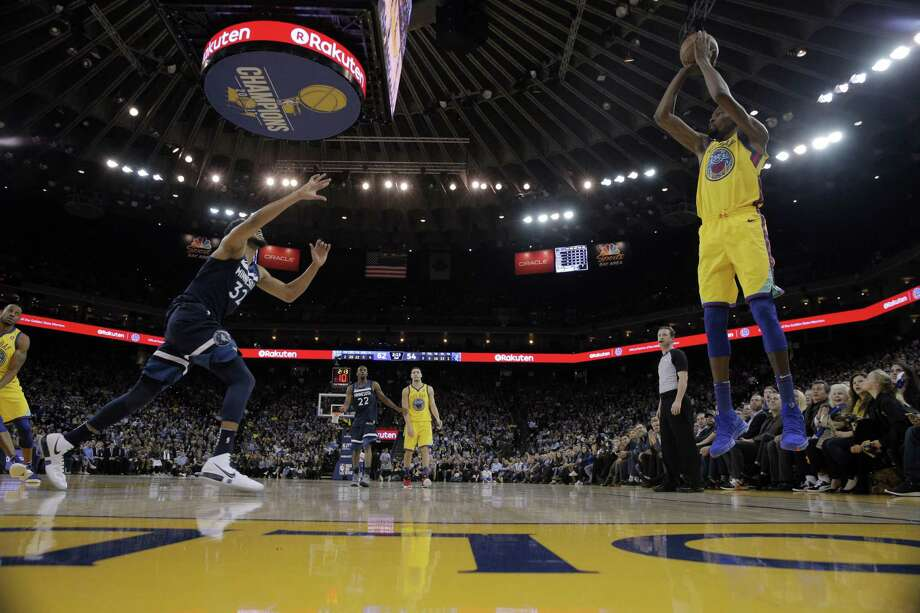 Kevin Durant (35) puts up a shot from the corner in the first half as the Golden State Warriors played the Minnesota Timberwolves. Photo: Carlos Avila Gonzalez / The Chronicle / San Francisco Chronicle/Carlos Avila Gonzalez