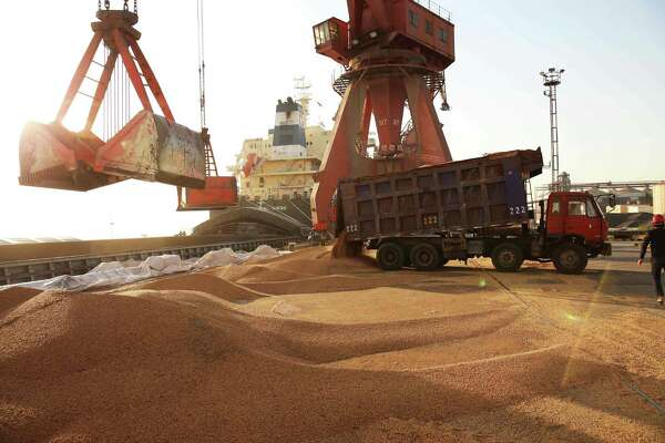 Workers last week transfer soybeans at a port in China's eastern Jiangsu province. In 2017, U.S. ranchers sent about $12.4 billion in soybeans to China. The Texas share of that was $11.6 million.
