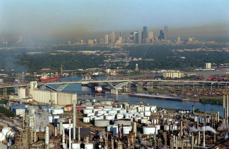 Air pollution knows no boundaries. Here, chemical plants of the Ship Channel stand in front of downtown Houston. Photo: RICHARD CARSON / HOUSTON CHRONICLE / HOUSTON CHRONICLE