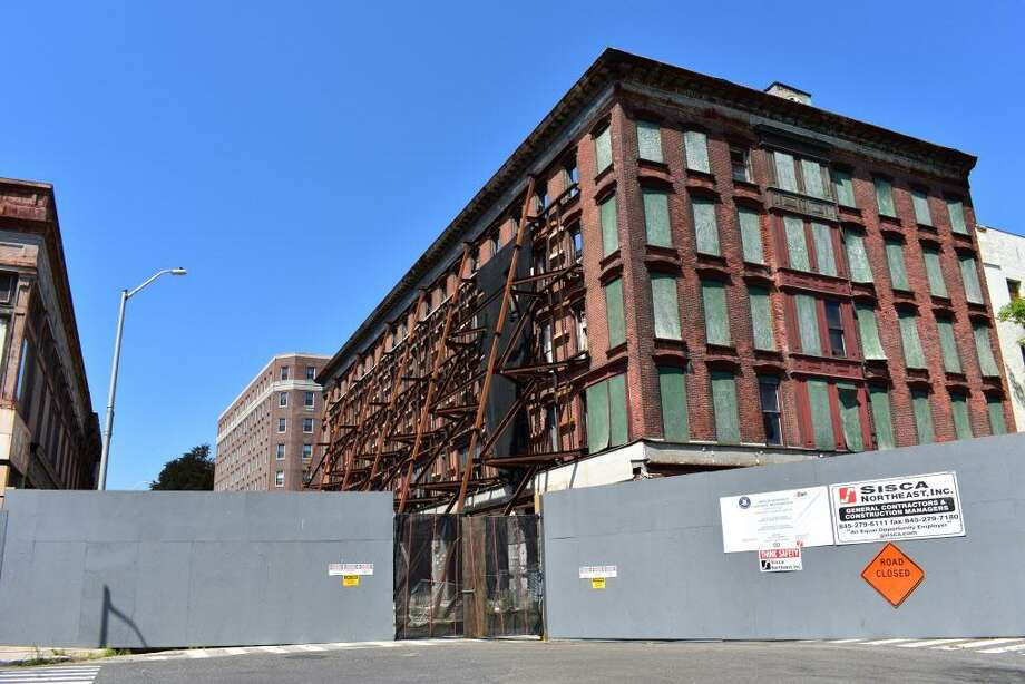 Entering August 2017, girders buttress the exterior brick walls of the Jayson-Newfield Historic Restoration in downtown Bridgeport, Conn., as crews continue to gut the interior to convert the building into more than 100 apartments with ground-level commercial space totaling 8,000 square feet. The project is a joint venture of Block 912 JV controlled by a pair of New York City developers. Photo: Alexander Soule / Hearst Connecticut Media / Stamford Advocate