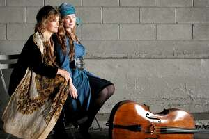Pianist Lisa Moore (l.) and cellist Ashley Bathgate