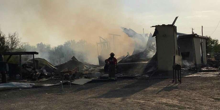 Un hogar ubicado por la carretera Texas 359, fue consumido por las llamas de un incencio ocasionado por una explosión de una unidad de aire acondicionado. Photo: Foto De Cortesía